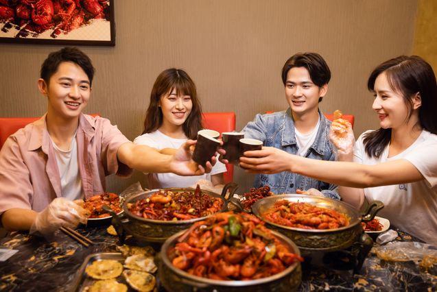 【饭局酒桌攻心术】24个交谈小技巧,成为高情商、会聊天的人-第8张图片-爱课啦